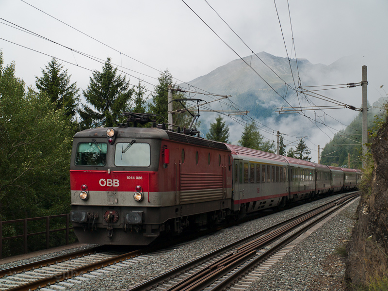 The ÖBB 1044 026 seen betwe photo