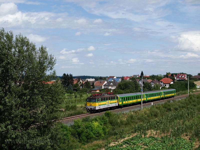 The GYSEV V43 327 seen between Kópháza and Harka photo