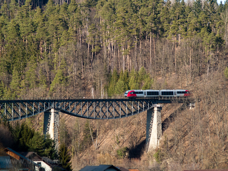 An ÖBB 5022  seen between D photo