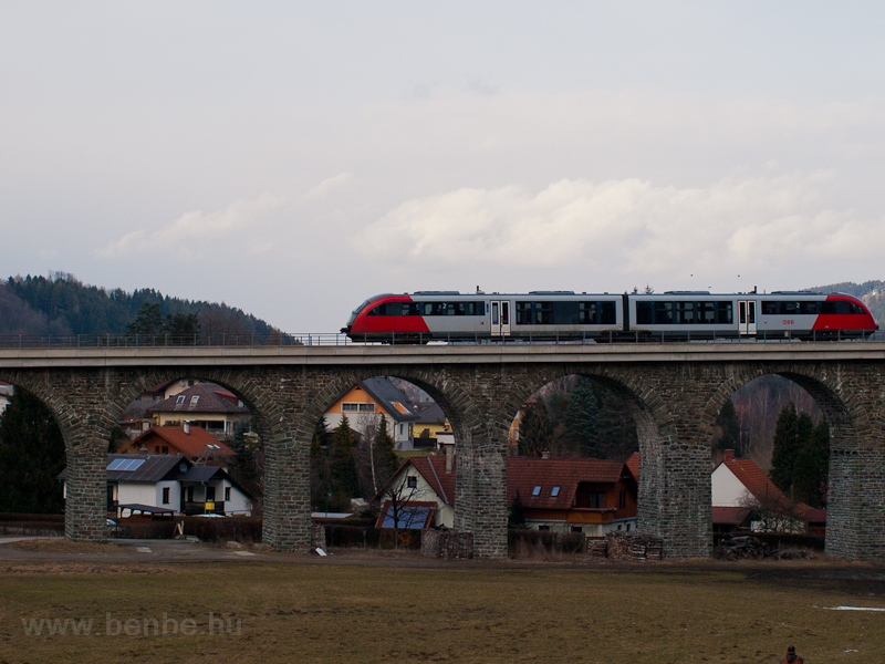 An ÖBB 5022  seen between A photo