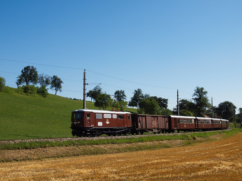 The NÖVOG E 10 seen between Kammerhof and Hofstetten-Grünau photo