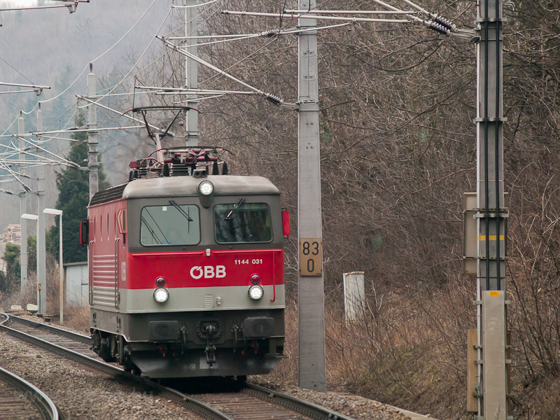 The ÖBB 1144 031 seen betwe photo