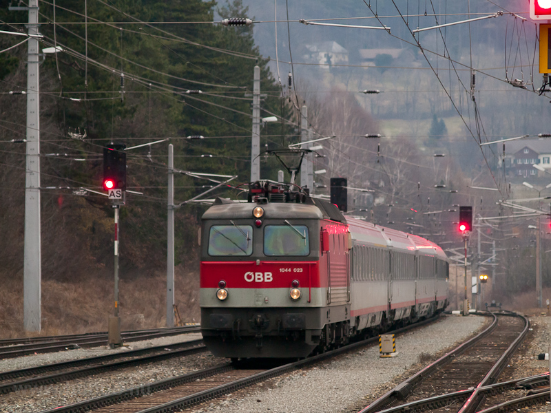 The ÖBB 1044 023 seen at Pa photo