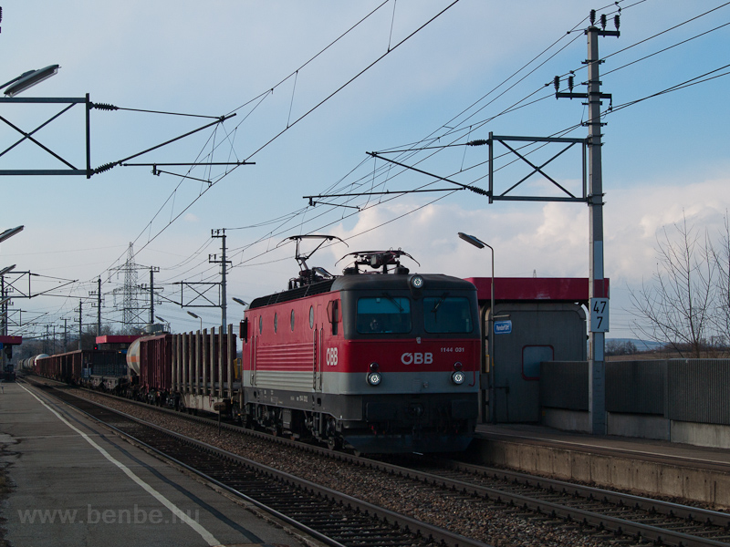 The ÖBB 1144 031 seen at Pa photo