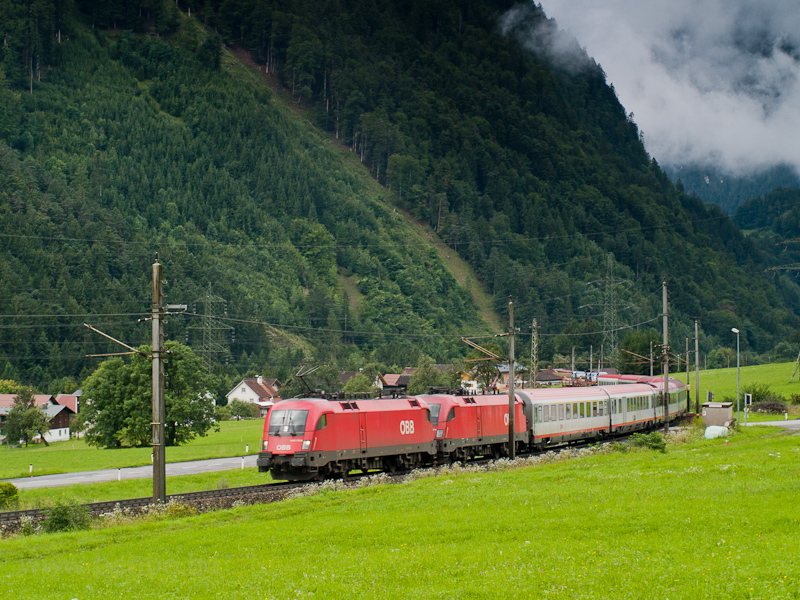 The ÖBB 1116 133 seen betwe photo