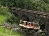 A Schlossalmbahn siklóvasút kocsija a Pyrkerviadukt alatt Bad Hofgasteinben