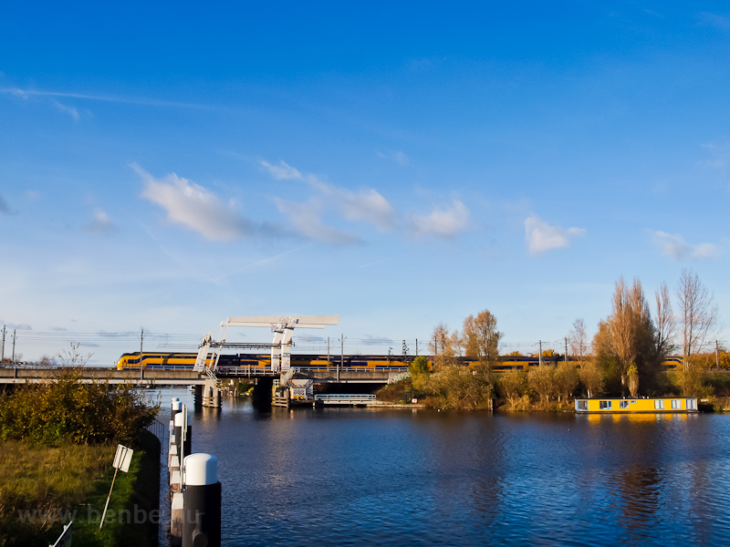 A Nederlandse Spoorwegen VIRM seen between Leiden and De Vink on a four-track bascule bridge photo