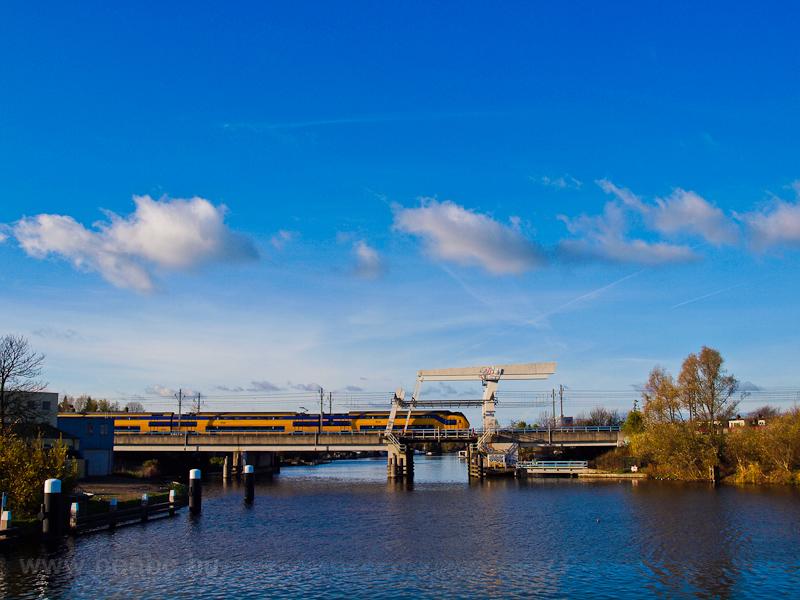 A Nederlandse Spoorwegen VIRM motorvonata De Vink és Leiden között egy négyvágányú felvonóhídon fotó