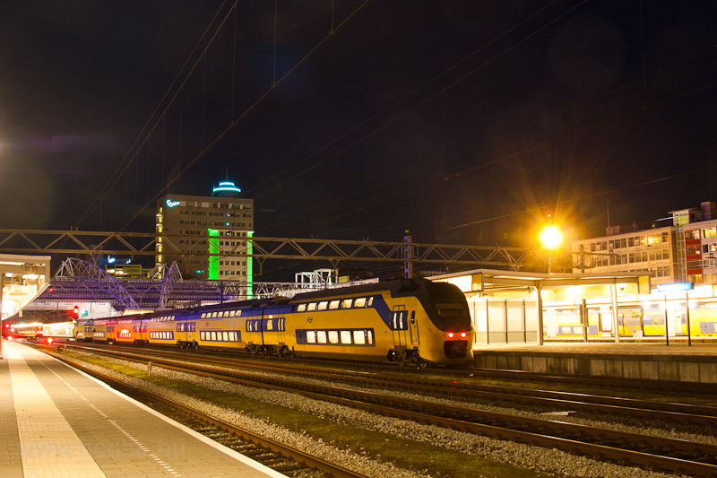 A six-part NS VIRM trainset at Leiden Centraal photo