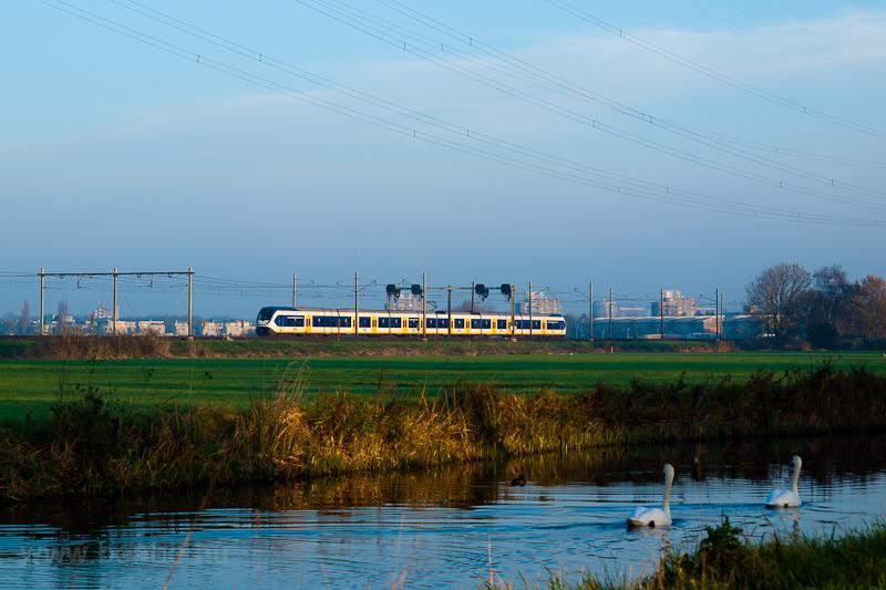 Egy hatrészes (Siemens gyártmányú) NS SLT (Sprinter LightTrain) motorvonat De Vink és Voorschoten között fotó