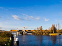 A Nederlandse Spoorwegen VIRM motorvonata Leiden és De Vink között egy négyvágányú felvonóhídon