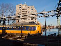 NS Koploper motorvonat (4200-as sorozat, 4205-ös pályaszám) Leiden Centraal és Leiden Lammenschans között egy forgatható hídon