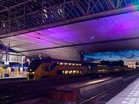 A Nederlandse Spoorwegen (NS) VIRM motorvonata Leiden Centraal-en