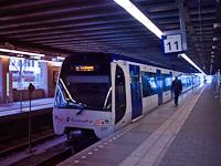 A Randstad Rail Hága és Rotterdam között közlekedő Metro E vonalának egy szerelvénye Den Haag Centraal állomáson
