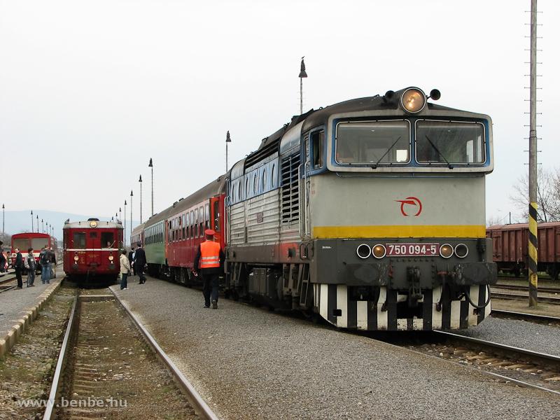 A 750 094-5 pályaszámú Búvár egy személyvonattal áll Losoncon, mellette az indulásra kész M131.1053 fotó