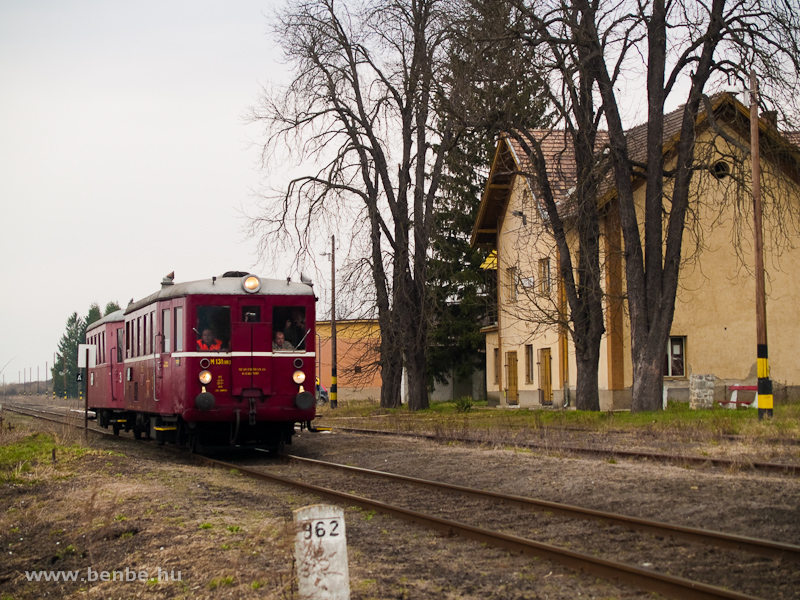 Az M 131.1053 nosztalgia-motorkocsi Litke állomáson a Losonc-Nagykürtös közötti korridor-vonalon fotó