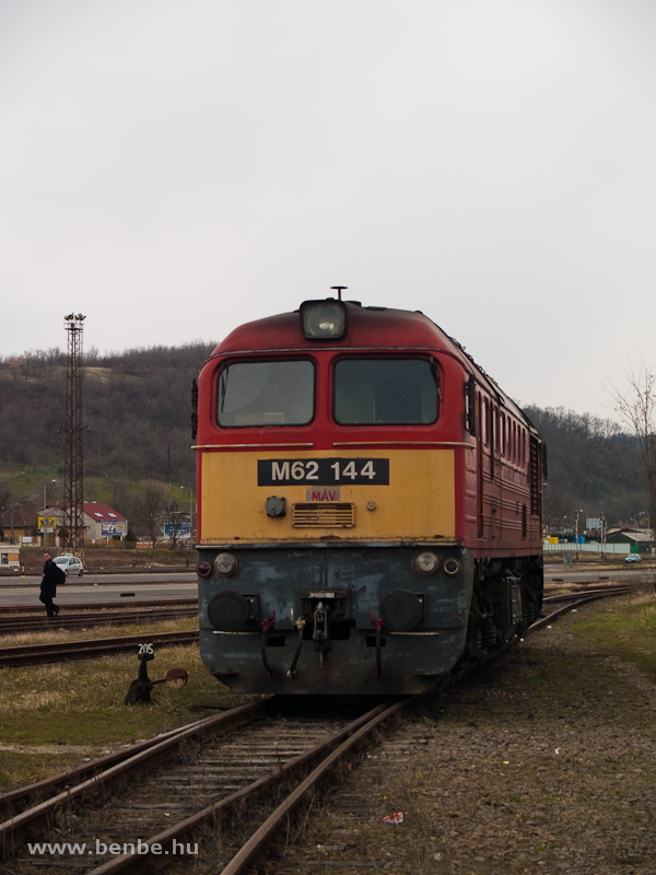 Az M62 144-es vontatnivalóra várakozik Salgótarján külső állomáson fotó