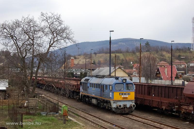 A Jászvasút (korábban a MÁV Hajdú kft. tulajdonában lévő) 40 62 002-3 pályaszámú dízelmozdonya Somoskőújfaluban, bérbeadva a Train Hungarynek fotó