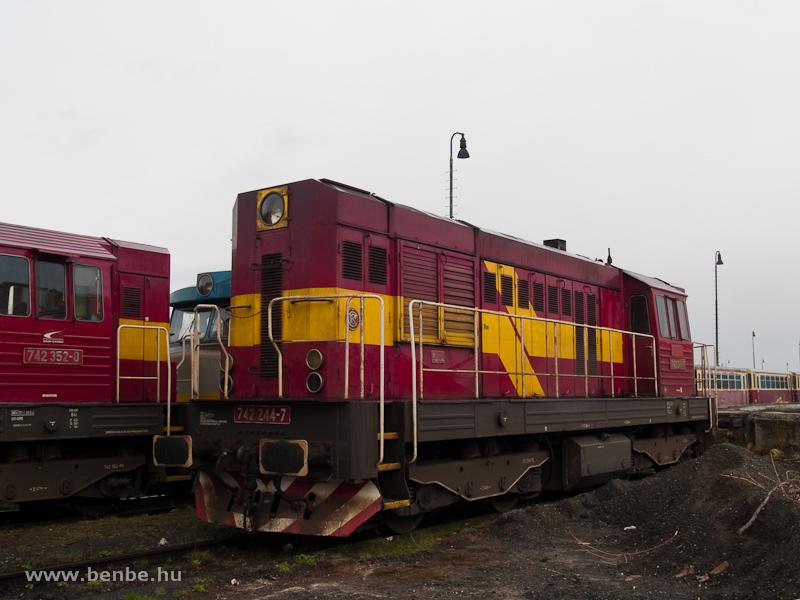 A ŽSCS 742 352-8 és a 742 244-7 Losoncon fotó