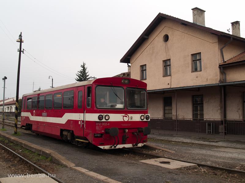 A hagyományos, felújítás utáni festésű ŽSSK 812 002-4 Füleken fotó