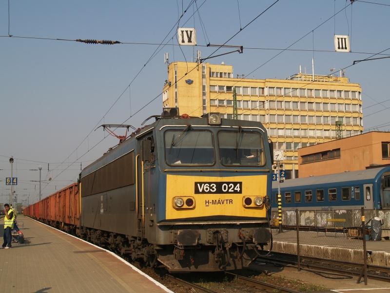 V63 024 Pécs állomáson egy Boszniába tartó üres tehervonattal fotó