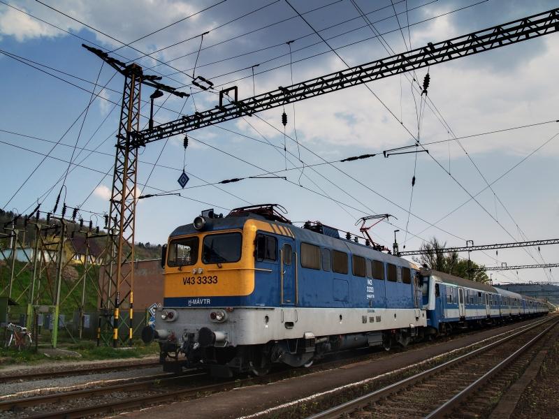 V43 3333 Szakály-Hőgyész állomáson fotó