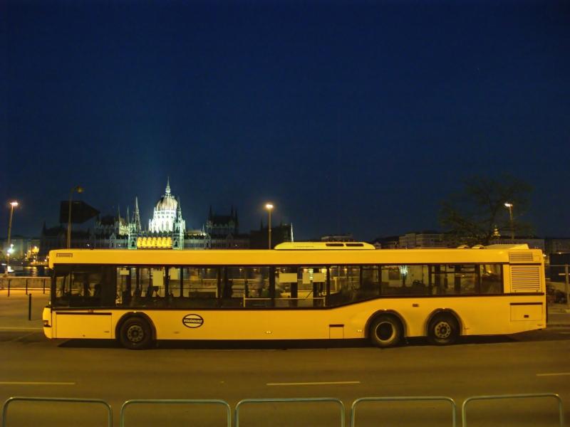 HÉV-pótló Neoplan Volánbusz a kék órában a Parlamenttel Budapesten, a Batthyány-téren fotó