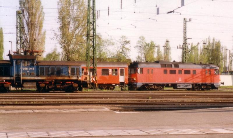 V46 048 és egy ismeretlen pályaszámú MDmot Pécs állomáson fotó