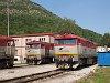 A ŽSSKC 751 056-3 és a 751 199-1 Pelsőcz állomáson
