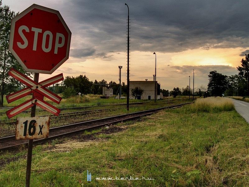 Állj! Tizenhatszoros vasúti átkelõhely! fotó