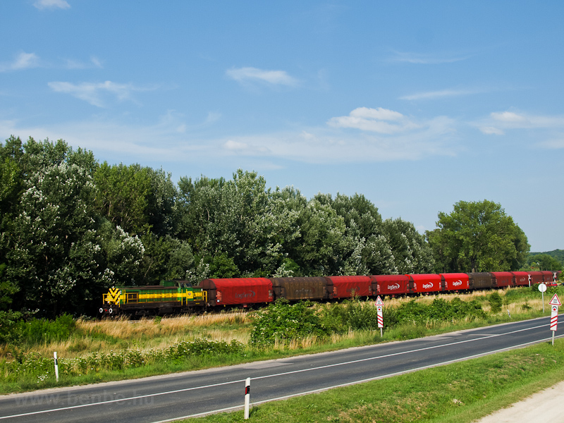 The M40 402 seen with the Preymesser freight train between Süttő felső and Várhegyalja photo