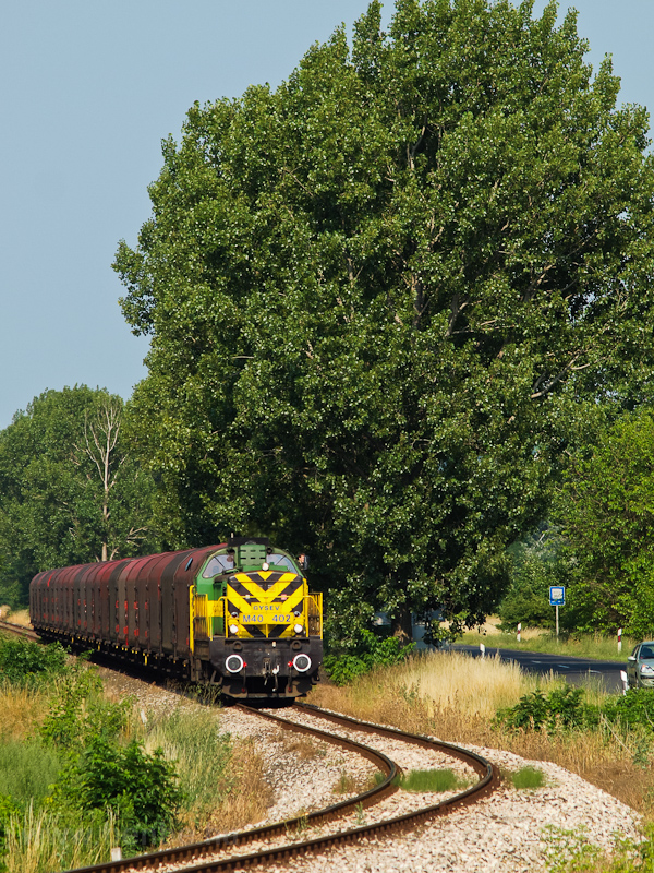 The M40 402 seen with the Preymesser freight train between Dunaalmás and Almásfüzitő photo