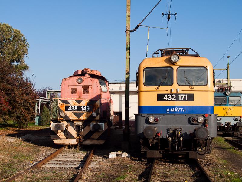 A MÁV-TR 438 149-es Dácsia és a 432 171-es és 431 240-es Szilik Hatvanban fotó