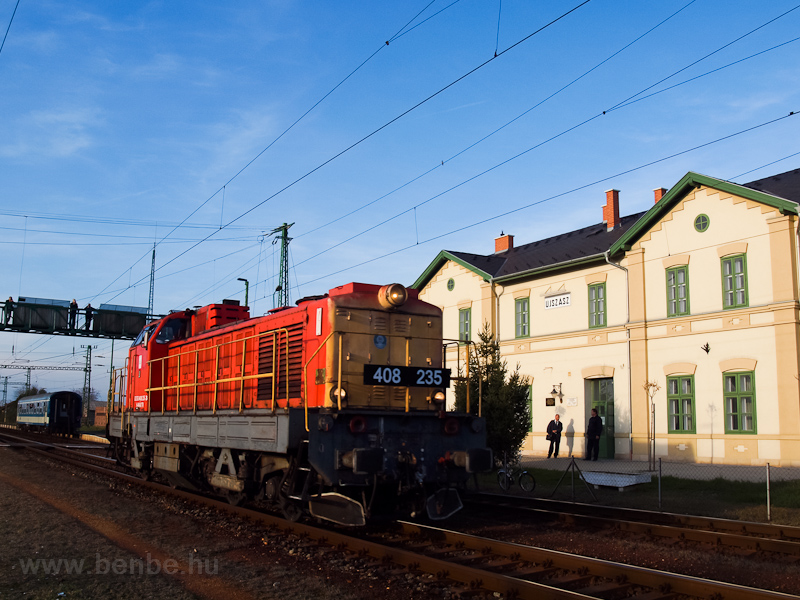 The MÁV-TR 408 235 seen at Újszász station photo