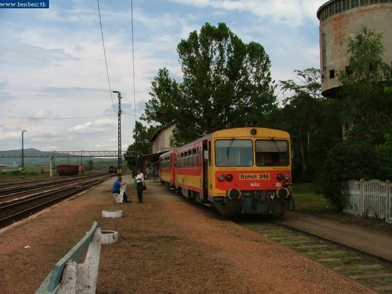 Bzmot 246 pótkocsival Kisterenye állomáson fotó