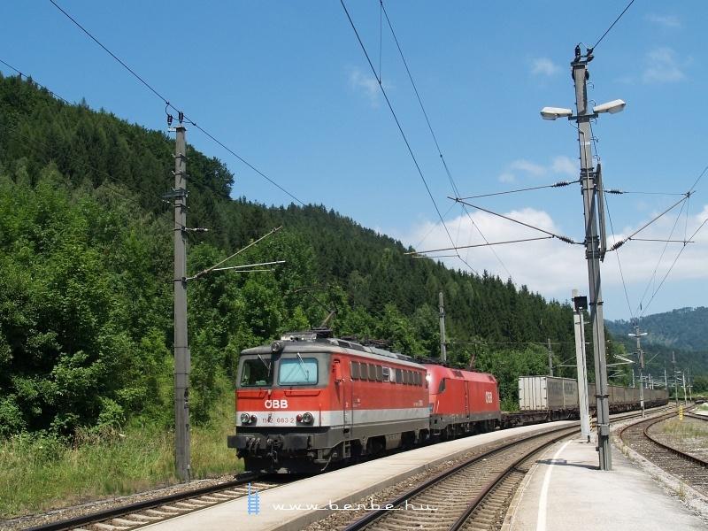 1142 663-2 előfogatol egy taurusos tehert Klaus an der Pyhrnbahn állomáson fotó