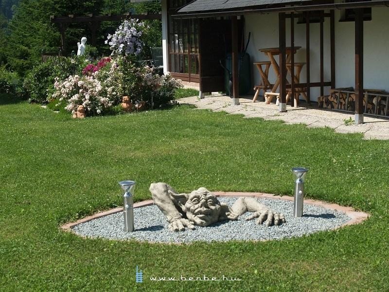 A napfényben kővé vált a kerti medencében fürdőző troll fotó