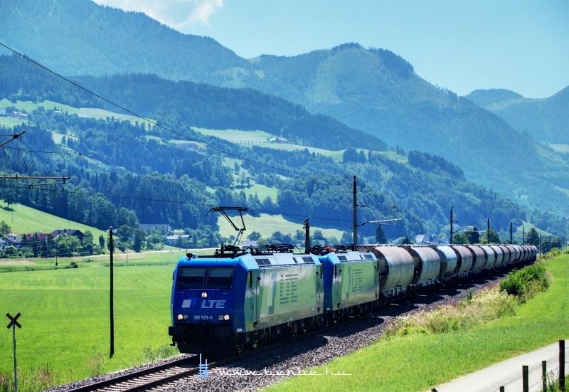 Az LTE magánvasút-társaság 185 529-5 pályaszámú Bombardier TRAXX mozdonya Spital am Pyhrn és Windischgarsten között idegesít az ellenfényben fotó