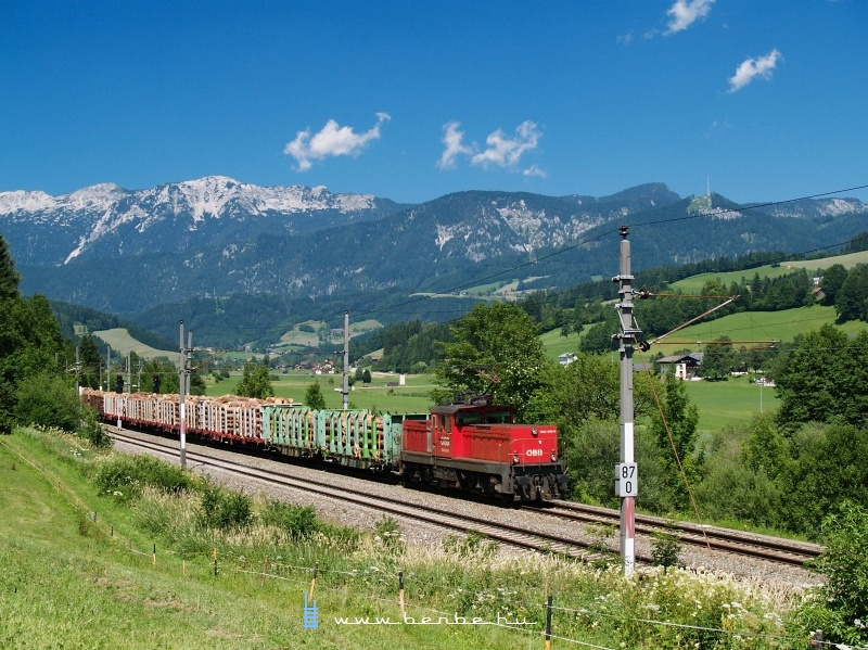Az ÖBB 1063 020-0 pályaszmú villanymozdony a tolatós tehervonattal Windischgarstenből Spital am Pyhrnbe érkezik, miután néhány rönkszállító kocsit ott is fölvett fotó