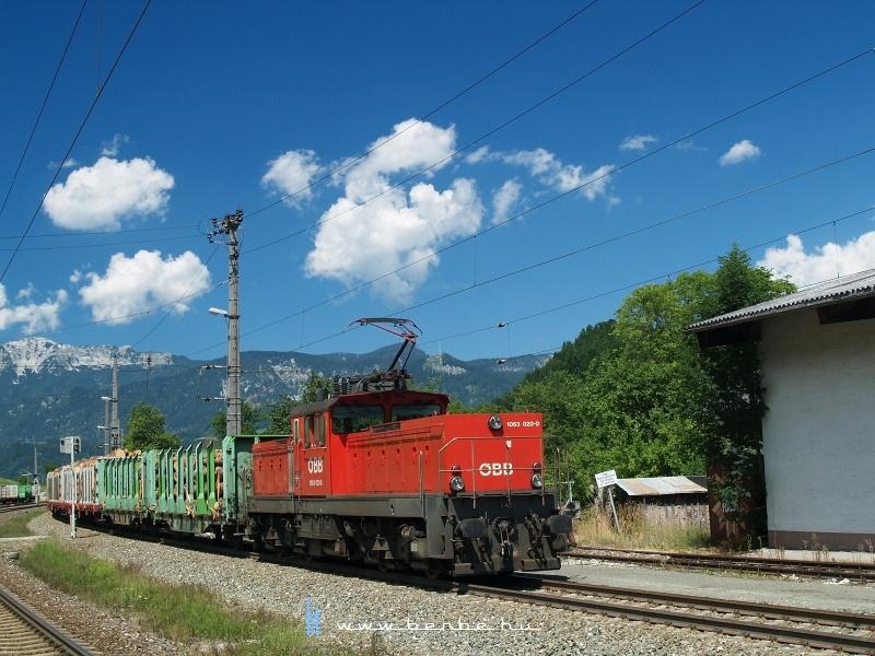 Az ÖBB 1063 020-0 pályaszmú villanymozdony a tolatós tehervonattal Spital am Pyhrnben fotó