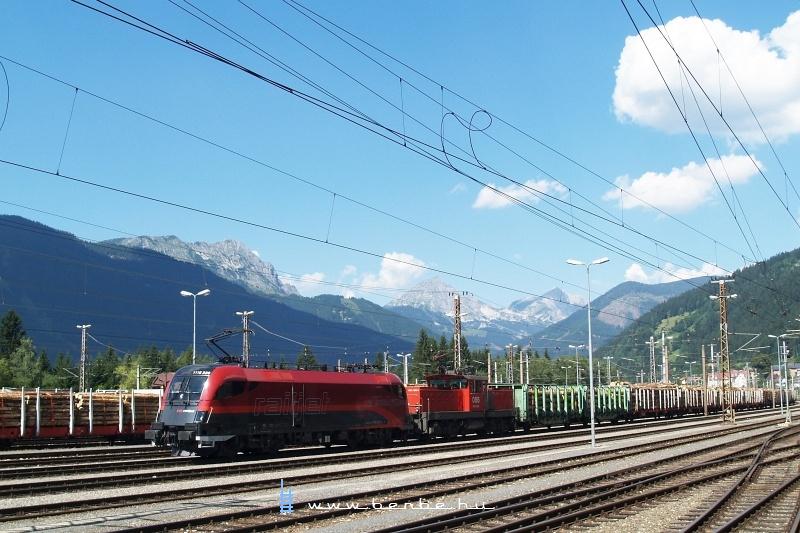 1116 228 és 1063 020-0 behúzták a tolatós tehervonatot a Pyhrnbahnról Selzthal állomás teherpályaudvarára fotó