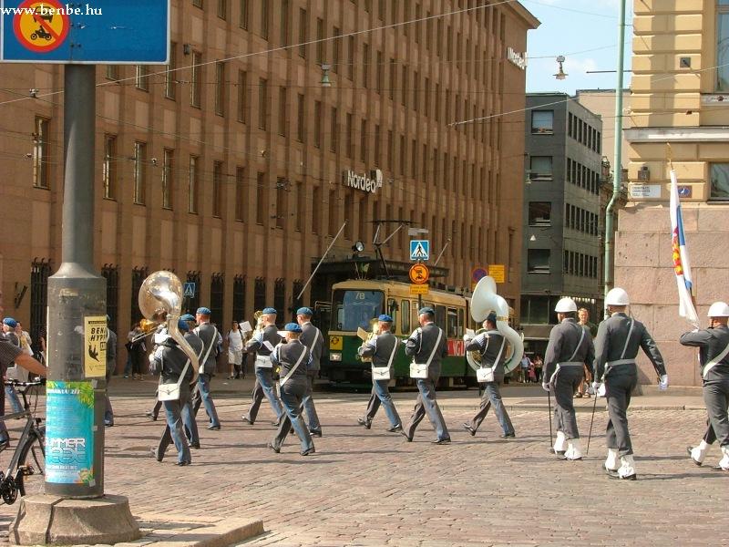 A katonazenekar elhagyja a Senaatintorit - mi követjük õket fotó