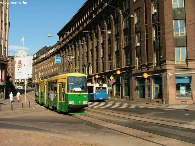 Nr II. villamos érkezik a Rautatientorira. Balra a deltavágányt már csak a Koff kocsmavillamos használja. fotó