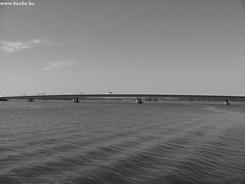 A tenger Ruoholahti egy mólójáról nézve, háttérben a Helsinki - Espoo autópálya fotó