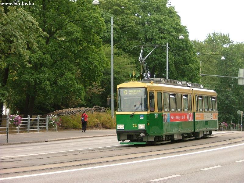 Nr II. típusú villamos rohan a Mannerheimintien Helsinki Töölö negyedében fotó