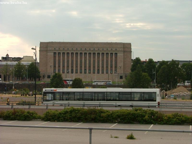 EAG buszok Helsinki fõpályaudvaránál , a háttérben a parlament fotó