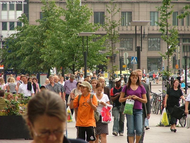 Utasok ezrei sétálnak az Elilel téren az elõvárosi vonatuk felé fotó