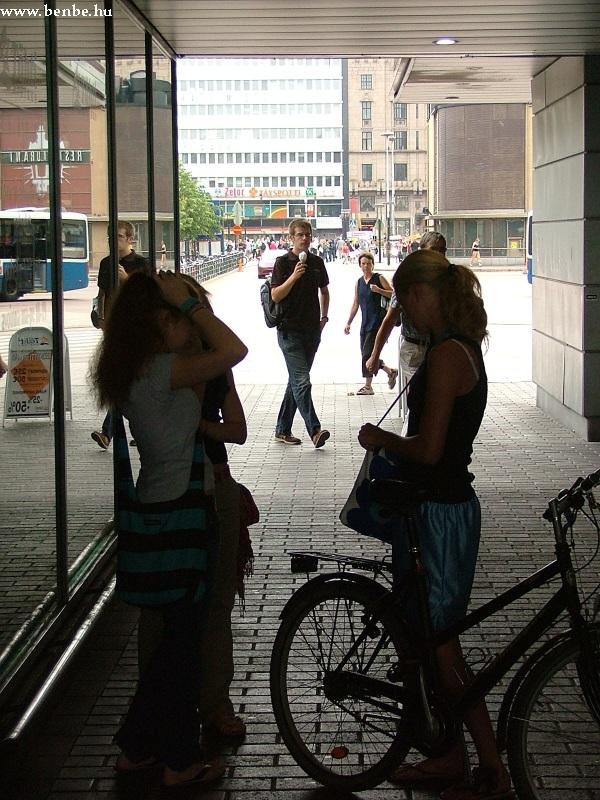 A barátnõk még megbeszélnek pár apróságot, majd ki-ki elindul hazafelé fotó
