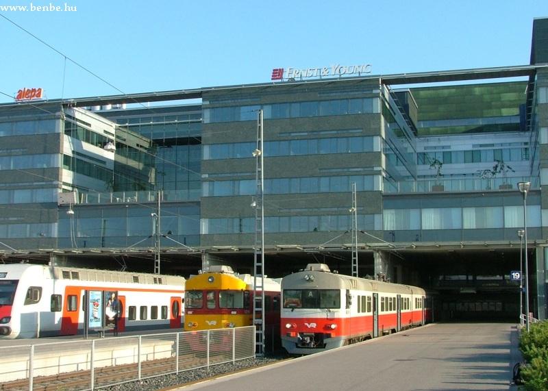 Sm1, Sm2 és (félig) egy Sm4 típusú motrovonat Helsinkiben, az elõvárosi vágányokon fotó