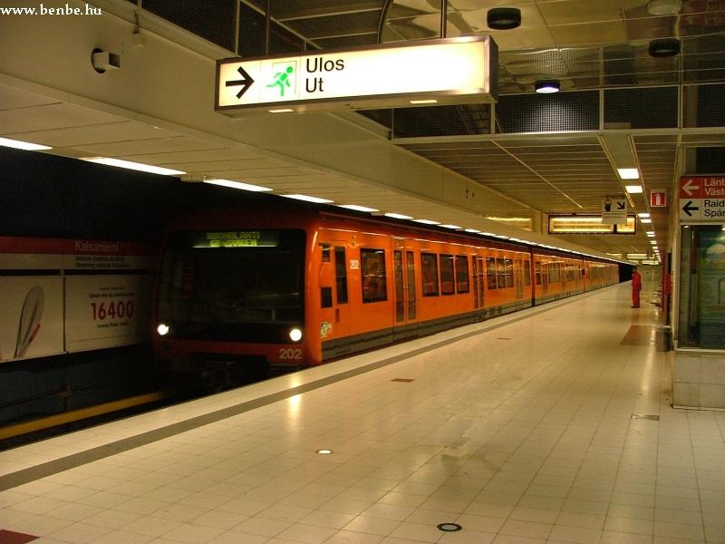 A 202 számú Bombardier metrószerelvény Kajsaniemi metróállomáson Helsinkiben fotó